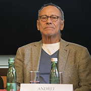Andrei_Konchalovsky_at_a_press_conference_in_Vienna,_Austria_in_2016